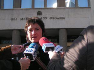 Nekane Txapartegi 2006 nach Vernehmung wegen Folter in Madrid